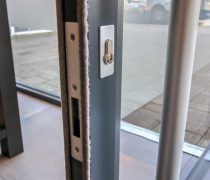 https://www.cdwsystems.co.uk/wp-content/uploads/2017/06/Sapa-202-commercial-door-close-up.jpg